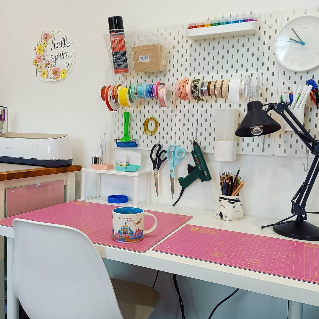 basic DIY desk with pink mats